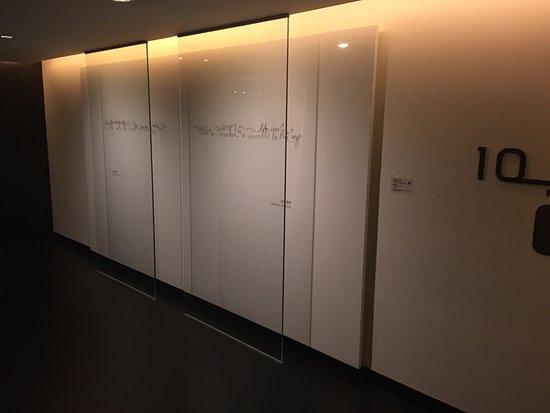 Le Meridien Taipei: Artwork at elevator exit