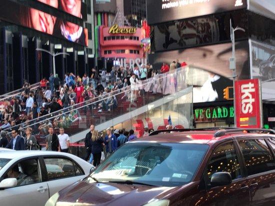 Broadway: 赤い階段とその下にあるtkts