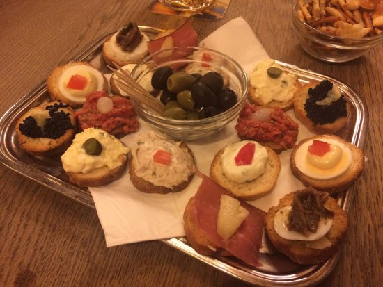 La Brouette: Tasty starter - little plate of bread with different toppings