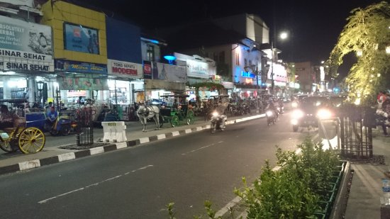 Hotel Ibis Yogyakarta Malioboro: Malioboro Street...night scene in front of the hotel