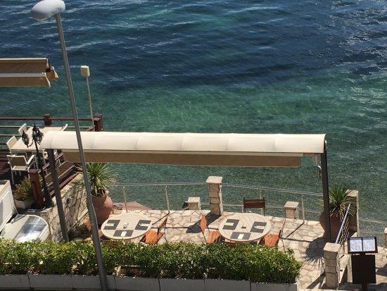Orahovac, Crna Gora: terrasse de l'hôtel idéale pour le petit déjeuner