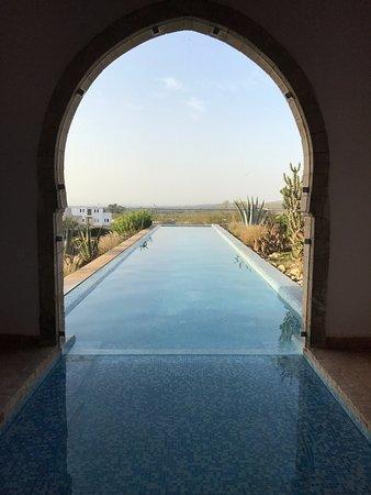 Ghazoua, Fas: View through the entrance to the pool