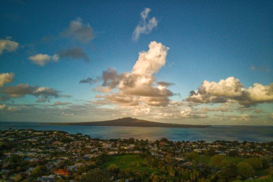 Devonport, New Zealand: Beautiful sunset, panaromic view of Auckland skyline and volcanoes island