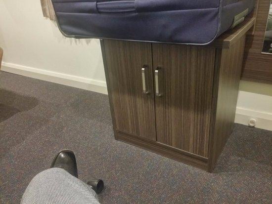 ibis Styles Kingsgate Hotel: 謎の家具。何をしまうべきなんでしょう。