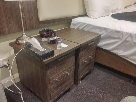 ibis Styles Kingsgate Hotel: ベッドの両脇にあったので、並べて、スペースの有効活用にしました。