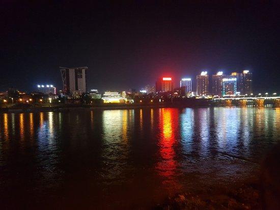 Ankang, Chine : Abends vor dem Hotel