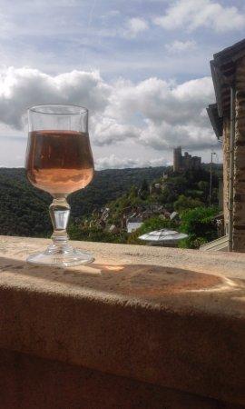 Najac, France: terrasse avec vue sur le château