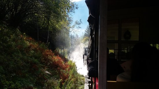 Jenbach, Austria: Blick längs des fahrenden Zuges