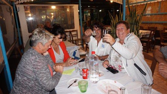 Kastri, Greece: Kretische Gastlichkeit: Nektarios (der Wirt) gesellt sich gerne dazu. γεια μας!