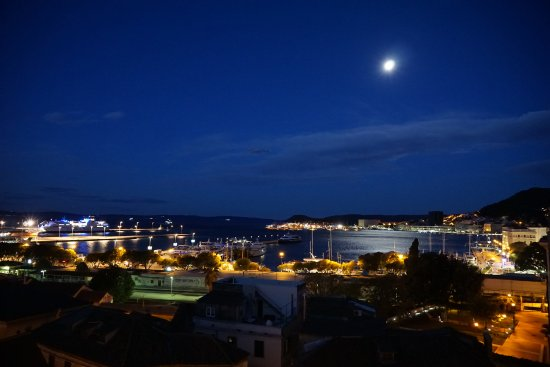 Hotel Luxe: Night view of the port of Split.