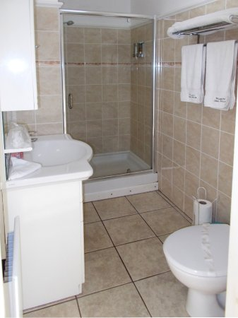 Par, UK: Biscovey - en-suite with walk-in shower.