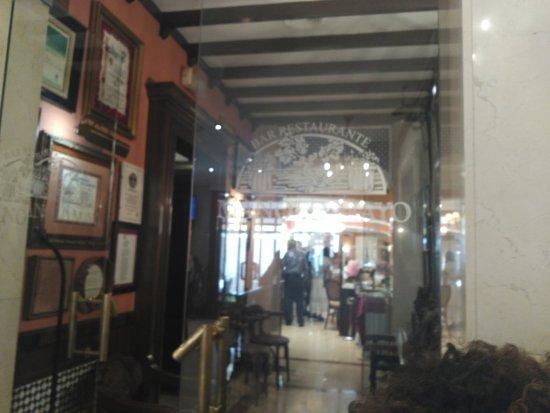 Los Palacios y Villafranca, España: Pasillo entre Restaurante y Bar de tapas