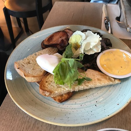 Mont Albert, Australia: Poached eggs with spinach, bacon and hollaindaise sauce
