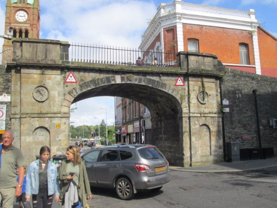 Walled city Londonderry: Gate in the walled city of Derry