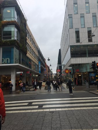 Drottninggatan: the street is cut by a main road, both sides are fun