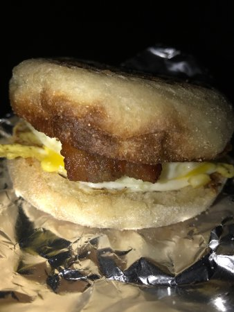 Moultonborough, NH: Yummy ready to go breakfast sandwiches! Only a $1. Great deal and they are so nice here!