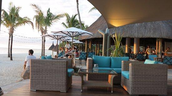 """La Pirogue Mauritius: hoteleigene Bar """"Le Morne"""" am Strand"""