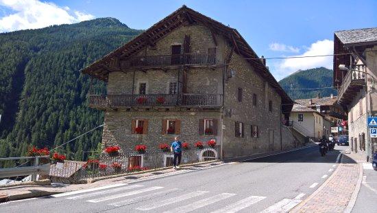 Saint-Oyen, Italië: Vista del locale dalla strada direzione nord...