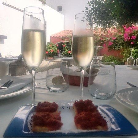 """Sant Climent, Spain: Crostini offerti come """"benvenuto dello chef"""". Calici per brindare al mio compleanno."""