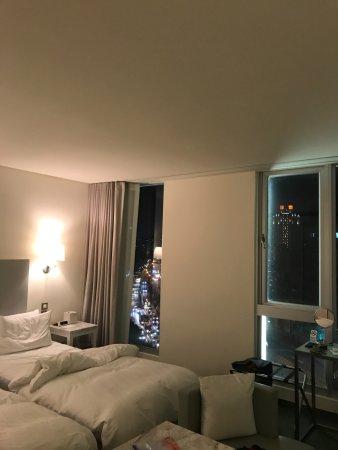 Ambience Hotel: 夜の高速道路車のライトの光が最高に綺麗