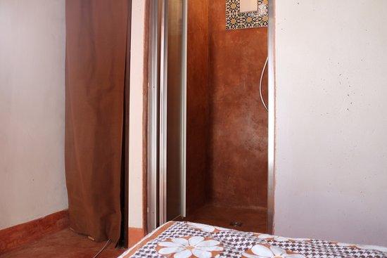 Camera arancione bagno in cocciopesto foto di casa mattia