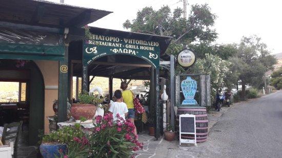 Lefkes, Greece: L'ingresso della taverna