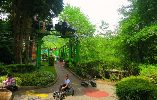 Matlock Bath, UK: Cycle Monorail above smaller attraction 