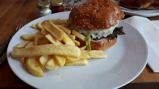 Bingen am Rhein, Jerman: Burger mit Pommes.
