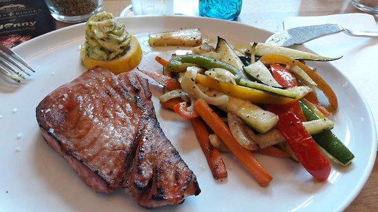 Bingen, Tyskland: Thunfisch mit gebratenen mediterranen Gemüse.