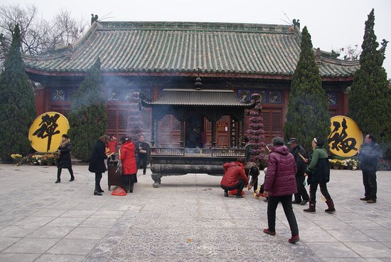 Xiangguo Temple: People offering