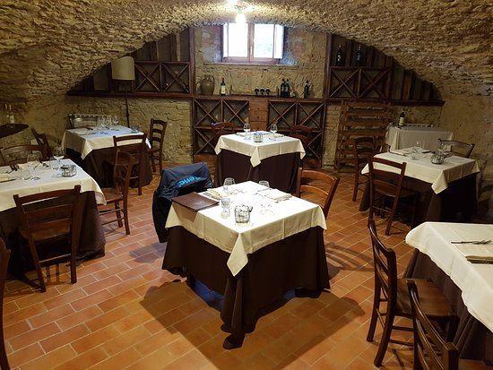 Hotel Badia di Pomaio: The dining room with all the wines from Tuscany!