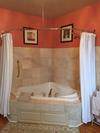 Northfield, MN: Summer Suite double whirlpool tub with stand up shower