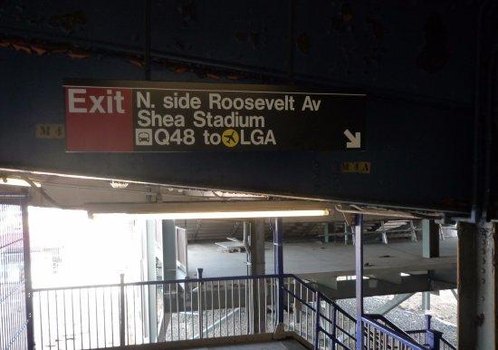 Flushing, نيويورك: 駅から直結でボールパークへ