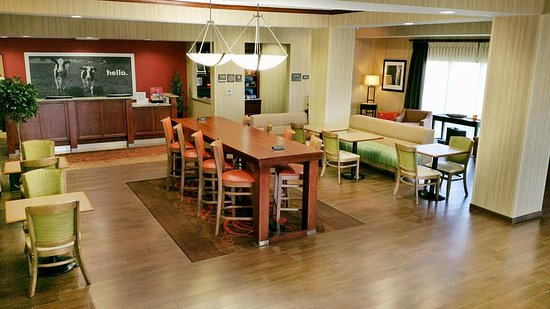 Hampton Inn Tomah: Lobby, Breakfast, & Reception Area