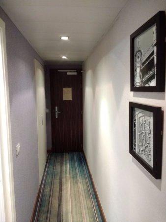 New Hotel Charlemagne : Corridoio che va dalla porta d'ingresso alla stanza, con al lato il bagno