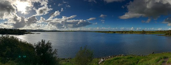 Kinvara, Irland: View of the bay from Dunguaire Castle