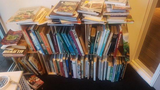 Vlieland, Países Bajos: In de hal de inspiratie voor de keuken, een leuke verzameling kookboeken