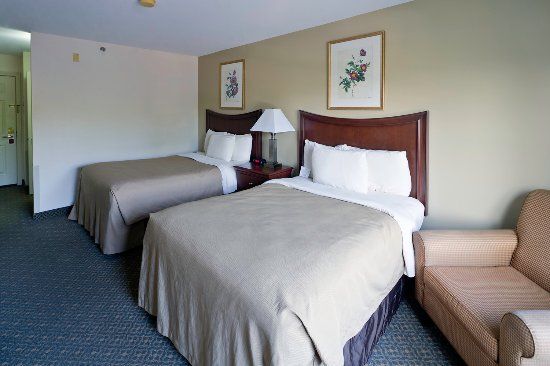 The Country Inn at the Mall: Deluxe Double Room - 2 Double Beds, Arm Chair