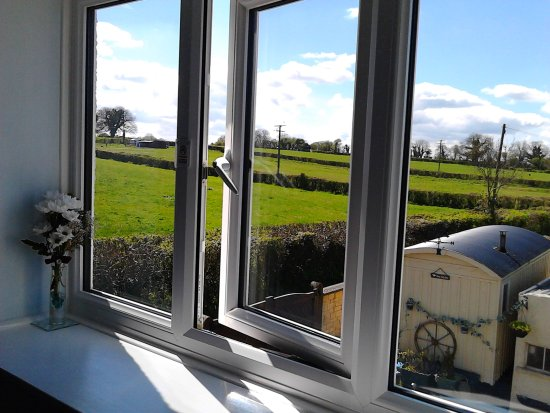 Middleton House Bed and Breakfast: Lovely countryside view from Room 5 window.... you may see the cows!