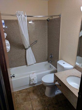 Super 8 Independence Kansas City : Bathroom