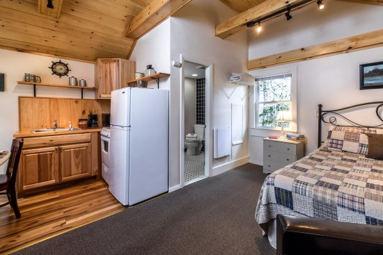 Lincolnville, ME: Cottage 11, studio size, queen bed