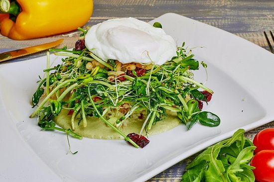 салат с киноа яйцом пашот и соусом из авокадо изображение креп де