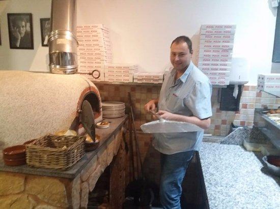 Ganshoren, Bélgica: Benjamin notre pizzaïolo pour un jour ;-)