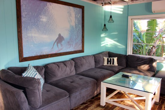 Aloha Surf Hostel: the waaaay cool surfer chic living room common area with new awesome couch