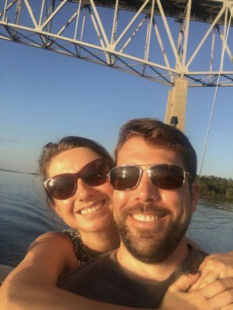Kingston, Нью-Йорк: Jessie and Kurt sailing under bridge with Jerome