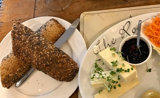 Witney, UK: Ploughman's Lunch (Cheddar option)