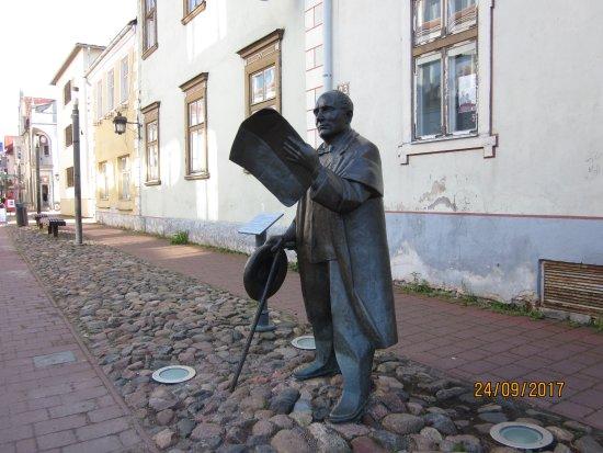 Sculpture of Johann Voldemar Jannsen: Читайте газеты!