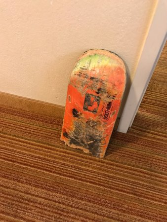 Camarillo, Californie : 1/2 skateboard that comes with the room