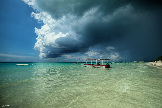 CocoLaPalm Resort: A frequent scene in Negril: Heavy thunderstorms raging on the north side 7-mile beach. Coco sunn