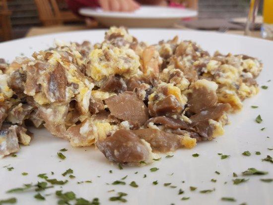 Bar Restaurante la Rocamar: Revuelto de setas bueno, pero lo mismo que el resto, muy corto y presentación sobria.